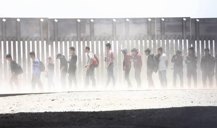 Investigación exclusiva: agentes fronterizos de EU detienen a mil personas por semana