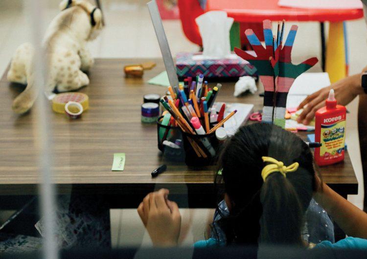 Niños, niñas y adolescentes con familia en conflictos: infancia rota