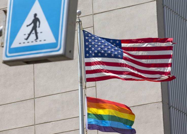 Embajadas de EU desafían a la administración Trump y exhiben banderas del orgullo LGBT