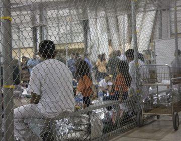 Agentes de EU transitan armados en centro de detención de migrantes por miedo a motines