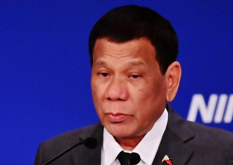 """""""Será el primero en obedecerla"""": El presidente de Filipinas, acusado de misoginia, firma ley antiacoso"""