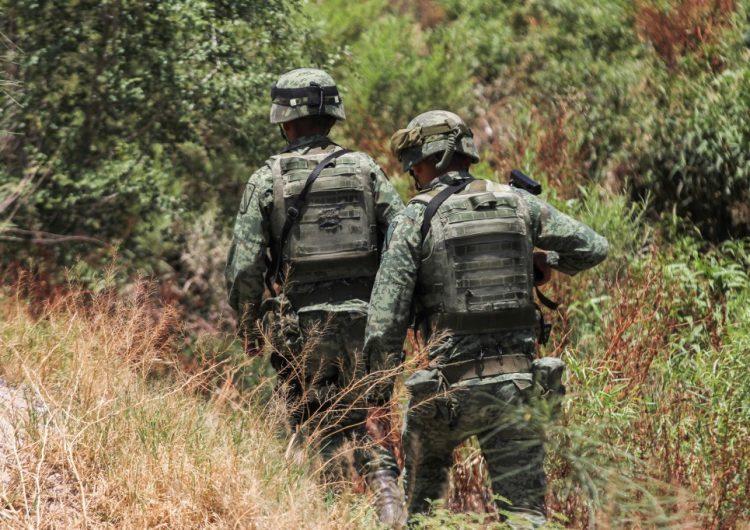 """Militares mexicanos cruzan a EU y desatan una """"pequeña riña"""" con agentes fronterizos, asegura funcionario"""