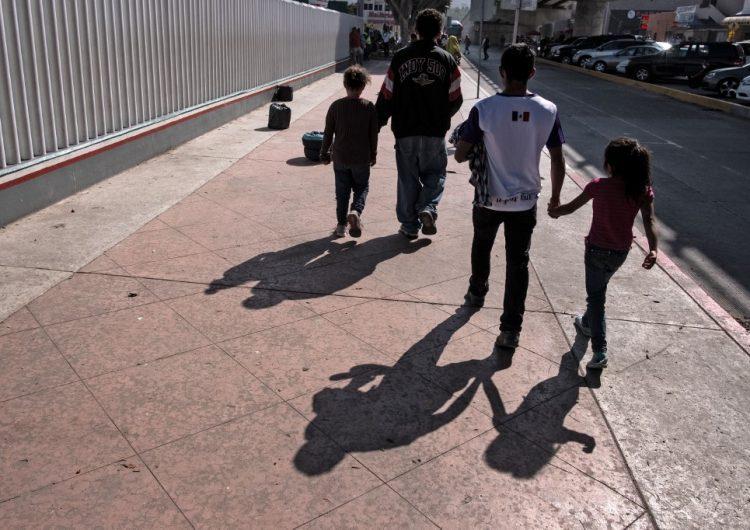 Autoridades en Tijuana investigan a migrantes por la presunta compra de niños para cruzar a EU