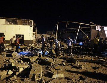 300 migrantes continúan recluidos en centro de detención bombardeado en Libia