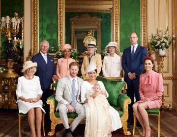 """La familia real publica las fotos del bautizo """"secreto"""" del hijo de Meghan y Enrique"""