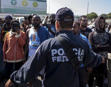 Disminuyen arrestos de migrantes en la frontera a un mes de la amenaza de Trump contra México