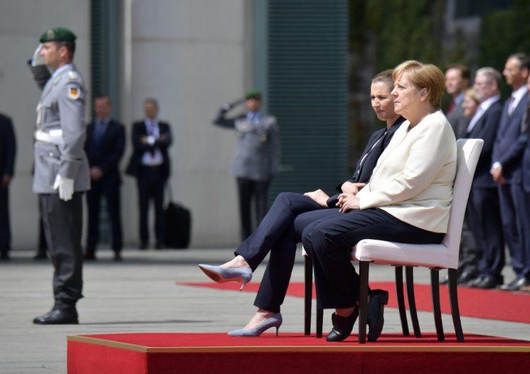 Merkel rompe protocolo y recibe a la primera ministra danesa sentada luego de temblores