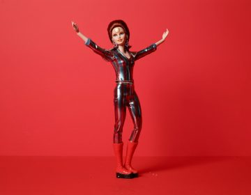 """Mattel celebra 50 años de """"Space Oddity"""" con Barbieinspirada en David Bowie"""