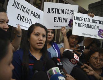 Mujer acusada de homicidio por parir bebé muerto enfrenta nuevo juicio en El Salvador
