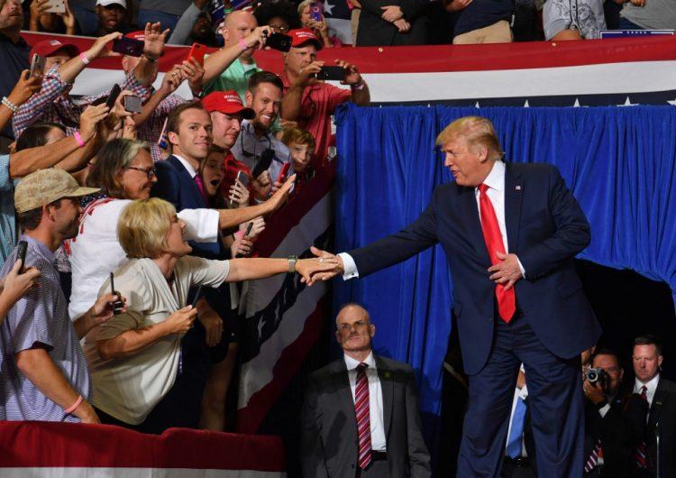 """""""Regrésenla"""": Seguidores de Trump lanzan insulto xenófobo a legisladora de EU durante mitin"""