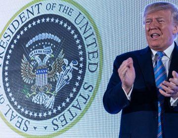 Despiden al responsable de que un sello que se burlaba de Trump apareciera en un evento
