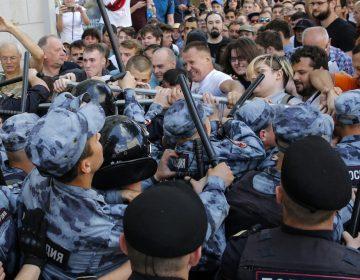 Opositores de Putin exigen elecciones libres y justas; hay más de mil detenidos