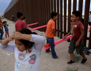 """Un """"sube y baja"""" en la frontera México-EU permite que niños y adultos jueguen juntos"""