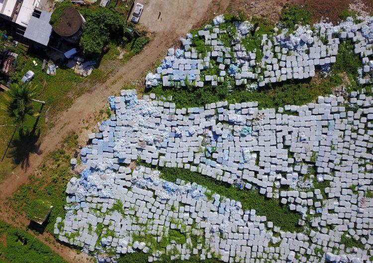 Miles de botellas con agua para damnificados del huracán María fueron halladas en una finca