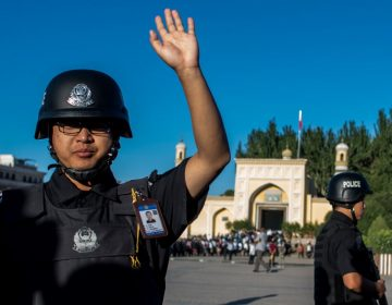 Agentes fronterizos de China instalan apps en celulares de turistas para vigilarlos