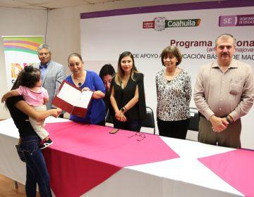 Coahuila beca a madres adolescentes para evitar deserción escolar