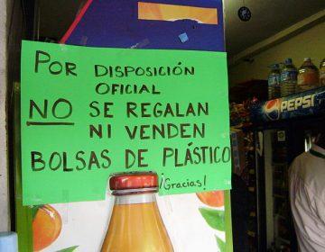 Buscan concientizar a usuarios de supermercados sobre el uso de bolsas plásticas en Torreón