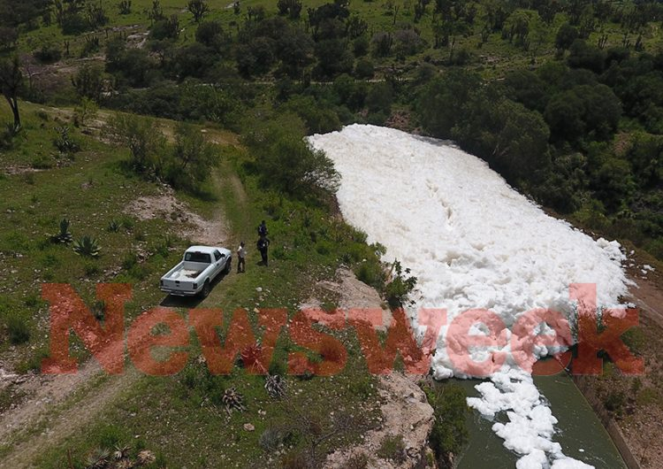 """Búsqueda de hombre que desapareció en """"espuma tóxica"""" en lago de Puebla continúa"""