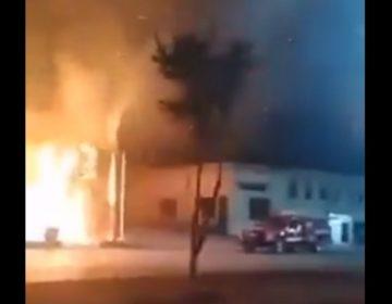 Comando armado ataca e incendia dos bares en Monclova