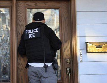 Familias separadas por redadas se podrán reunificar si abandonan EU, afirma director del ICE