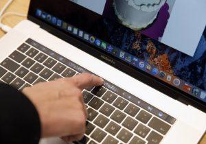 Un error que afecta a las MacBook permite encender en secreto su cámara; así puedes actualizarla