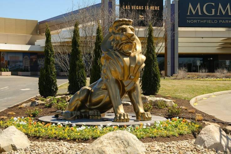 MGM cambia uniformes de seguridad por semejanzas con distintivo nazi