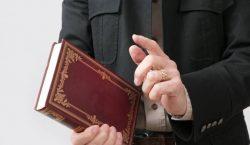 Sacerdote abusó de al menos tres personas con el pretexto…