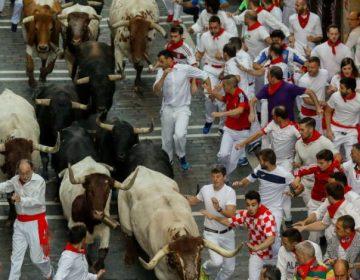 """Un hombre es corneado al intentar tomarse """"selfie"""" en encierro de toros de España"""