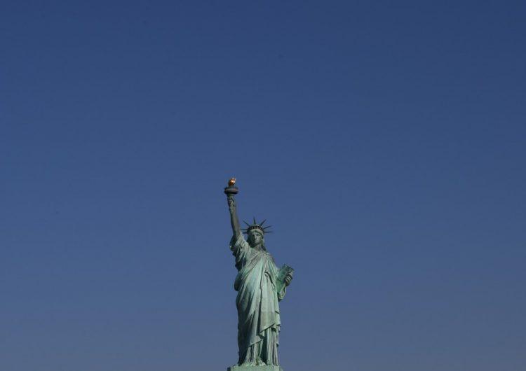 Funcionario de Trump modifica poema de la Estatua de la Libertad para justificar medida antiinmigrante