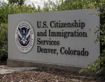 Estados Unidos dice que negará la ciudadanía a inmigrantes que utilicen ayudas sociales