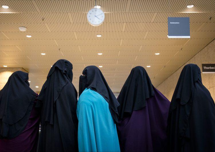 Entra en vigor ley que prohíbe el uso del burka y otras prendas que cubren el rostro en Holanda