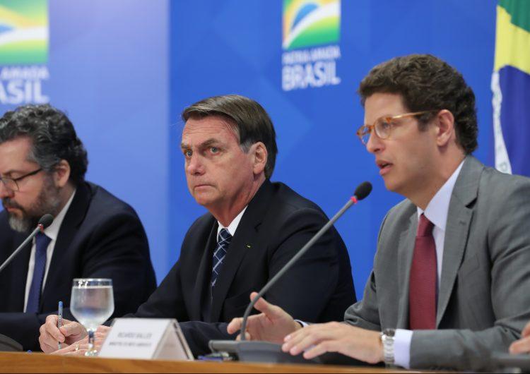 """Bolsonaro dice que datos sobre deforestación de la Amazonia """"son interpretaciones sensacionalistas"""""""
