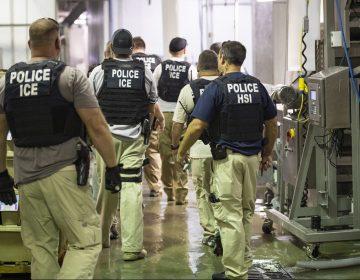 Trabajadores inmigrantes supuestamente fueron despedidos al instante después de las redadas en Misisipi