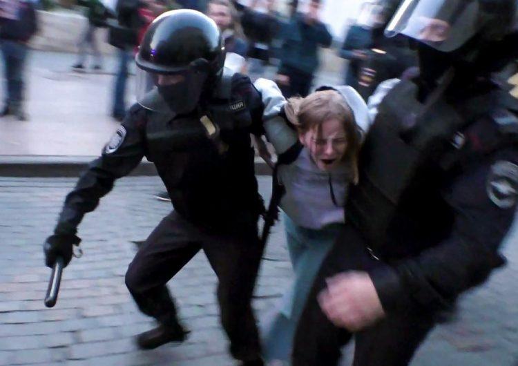 Manifestante golpeada por la policía de Rusia sufrió lesión cerebral; el Kremlin justifica represión