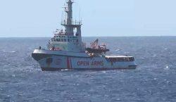 Migrantes rescatados por Open Arms, sin desembarcar por bloqueo del…