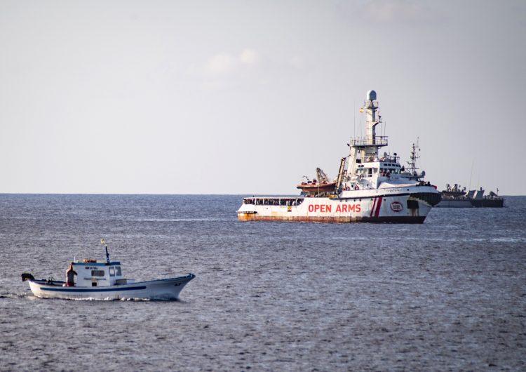 """El barco Open Arms ve """"incomprensible"""" la oferta de llevar los migrantes a las Islas Baleares en España"""
