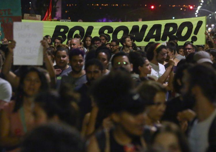 En medio de protestas Bolsonaro envía militares para combatir los incendios en el Amazonas