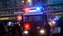 Hong Kong: Policía dispara y usan cañones de agua contra…