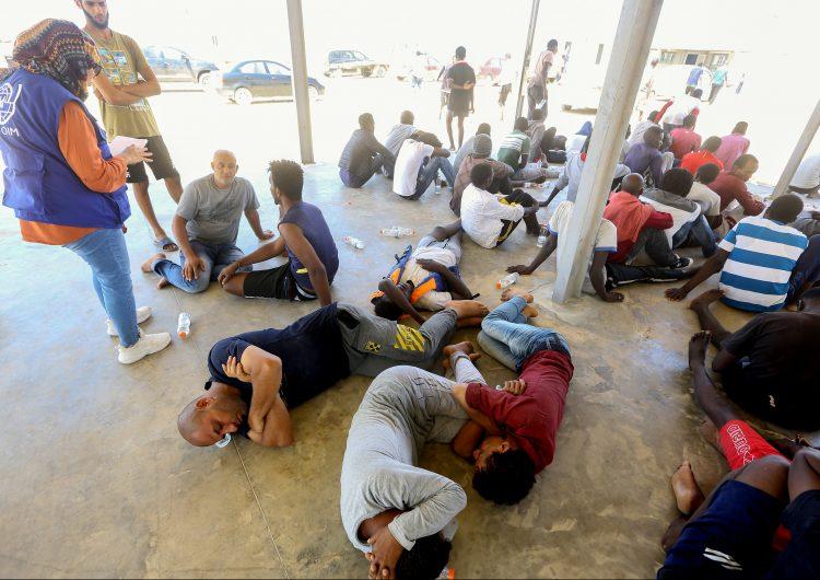 65 migrantes rescatados tras un naufragio frente a las costas de Libia