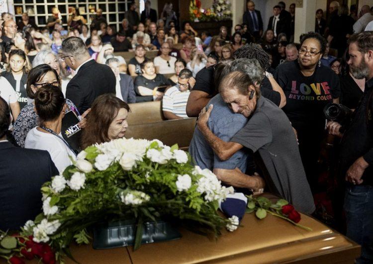Cientos de personas acompañaron al hombre que perdió a su esposa en el tiroteo de El Paso