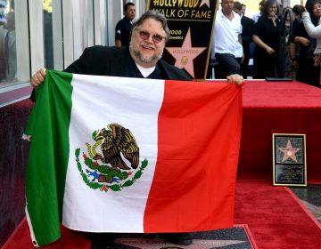 """El director mexicano e """"inmigrante"""" Guillermo del Toro develó su estrella en el Paseo de la Fama de Hollywood"""