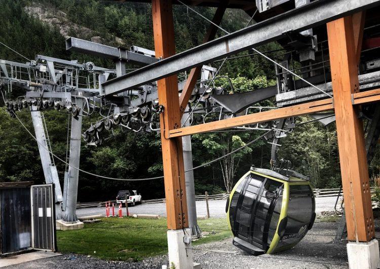 Caen cabinas de un teleférico en Canadá; policía sospecha que alguien cortó el cable