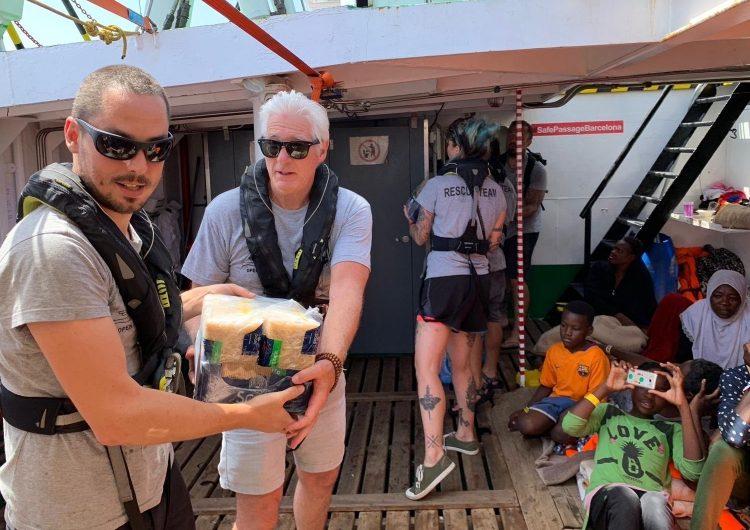 Richard Gere lleva alimentos para los migrantes rescados por el barco Open Arms