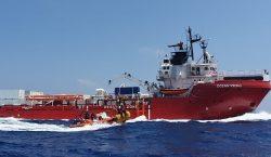 El barco rescatista Ocean Viking sigue a la espera de…
