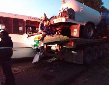 Se accidenta camión de personal de Nissan en la 45 sur