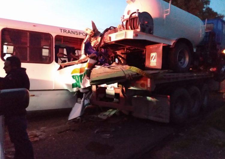 Se accidenta camión de personal de Nissan
