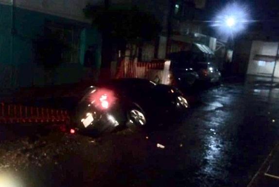 Cae automóvil a socavón en el Barrio de El Encino tras lluvias