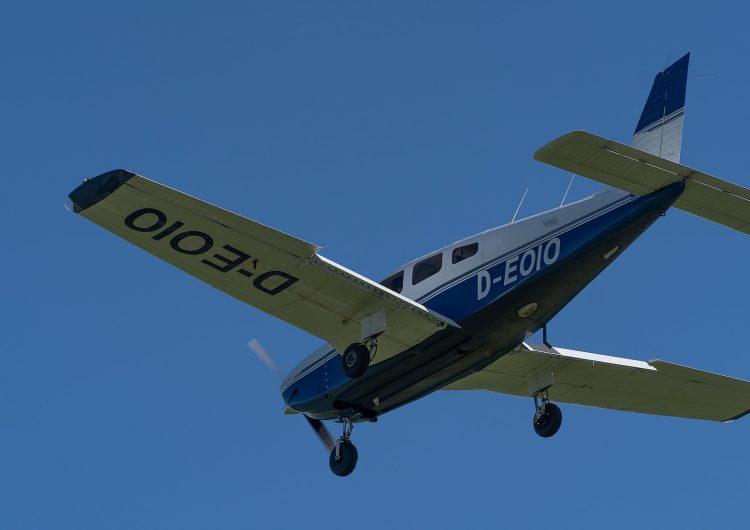 Estudiante británica de 19 años muere tras abrir la puerta de un avión