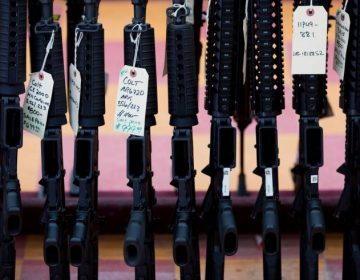 """Tienda de Texas lanza su """"venta de regreso a clases"""" con descuentos del 50 % en armas"""