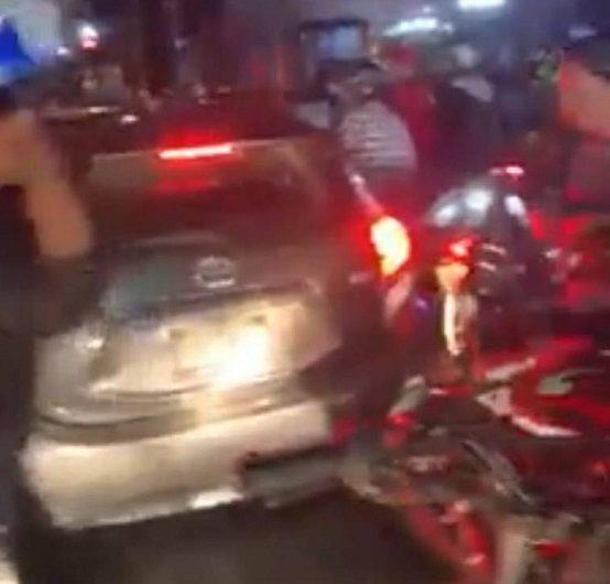 Investiga Fiscalía a motociclistas que cristalearon un vehículo